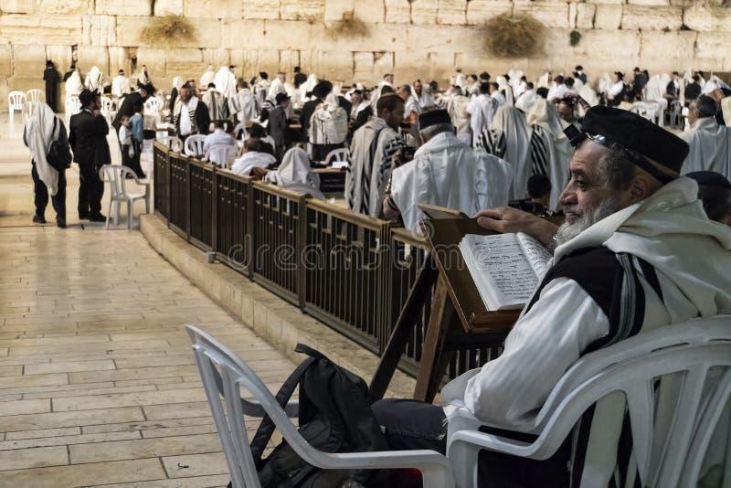 Pregare ortodosso religioso alla parete occidentale nella vecchia città di Gerusalemme Gerusalemme, Israele 24 ottobre 2018 immagini stock libere da diritti