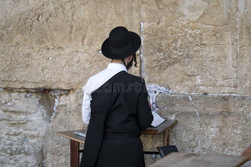 Pregare ortodosso religioso alla parete occidentale nella vecchia città di Gerusalemme Gerusalemme, Israele 24 ottobre 2018 fotografie stock