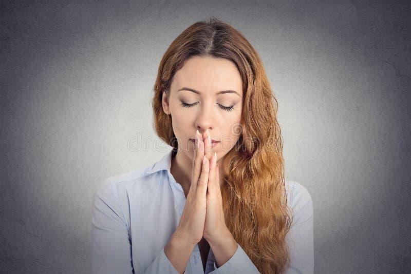 Pregare pacifico della donna del ritratto immagine stock