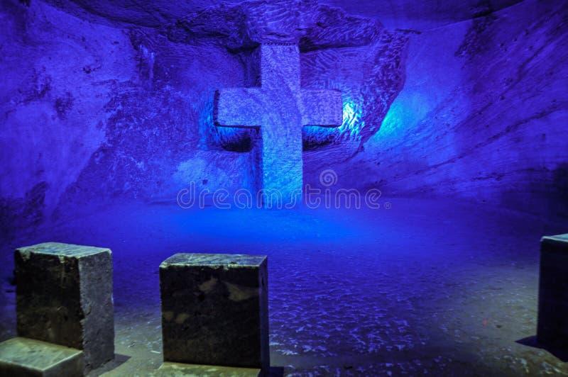 Pregare punto nella cattedrale del sale di Zipaquira, la Colombia immagine stock libera da diritti