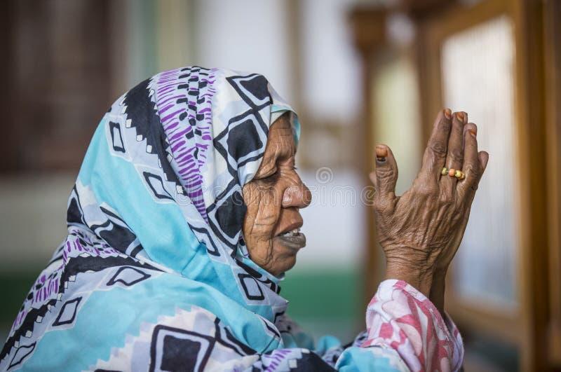Pregare sudanese della donna fotografia stock libera da diritti