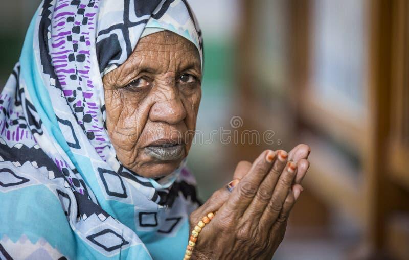 Pregare sudanese della donna immagine stock