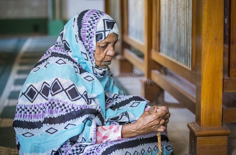 Pregare sudanese della donna immagini stock libere da diritti