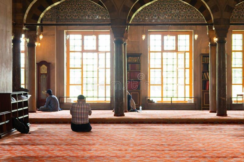 Pregare tempo alla moschea fotografia stock