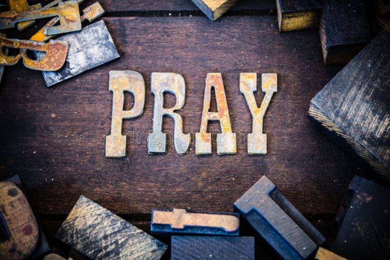 Preghi il legno di concetto e le lettere arrugginite del metallo immagine stock libera da diritti
