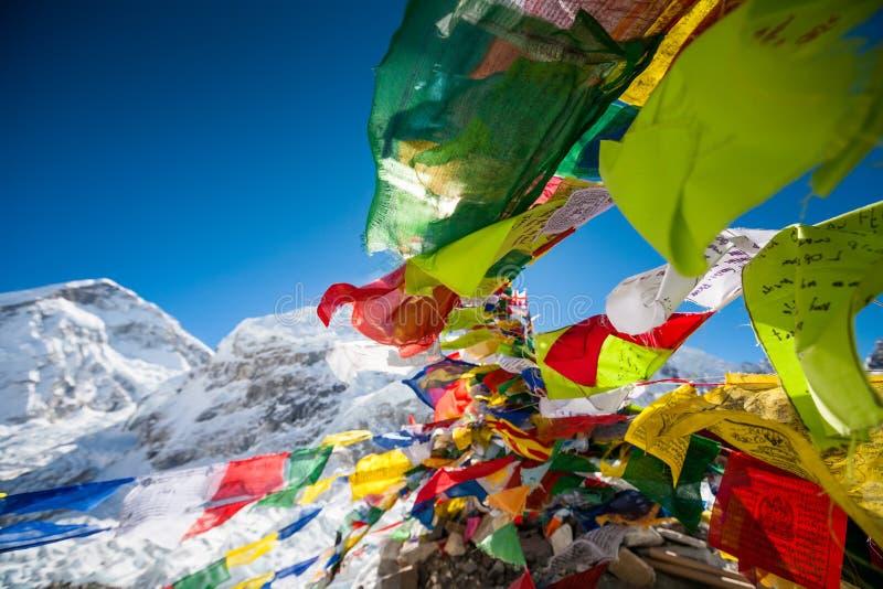 Preghi le bandiere nel campo base di Everest fotografia stock