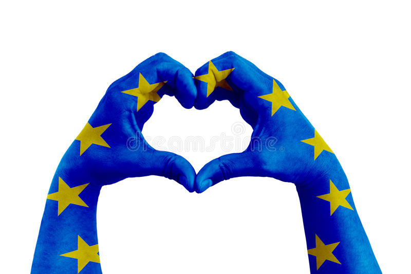 Preghi per Europa, mani dell'uomo sotto forma di cuore con la bandiera di Europa sui precedenti bianchi fotografia stock