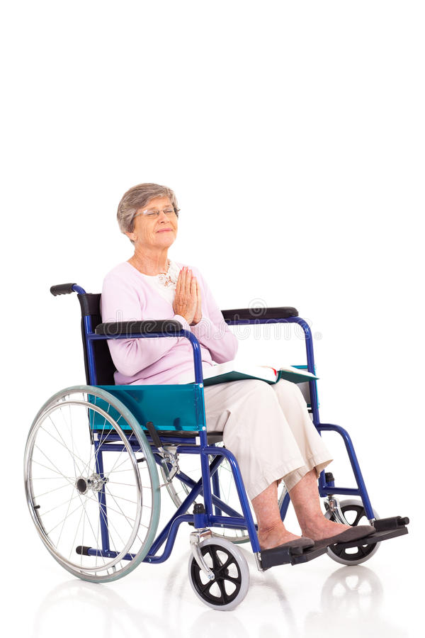 Preghiera anziana della sedia a rotelle fotografia stock libera da diritti