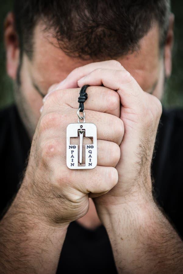 Preghiera casuale dell'uomo fotografie stock