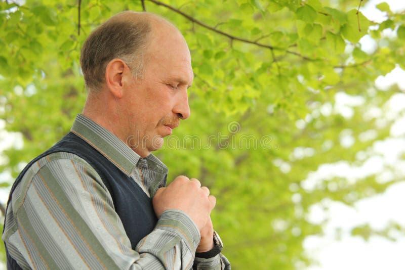 preghiera centrale invecchiata del ritratto dell'uomo fotografia stock libera da diritti