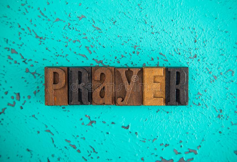 Preghiera compitata nel tipo di legno caratteri in grassetto stabiliti fotografia stock