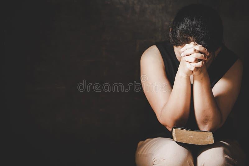 Preghiera cristiana di crisi di vita al dio fotografia stock libera da diritti