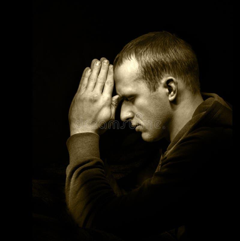 Preghiera del giovane fotografie stock
