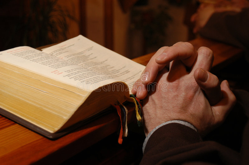 Preghiera del sacerdote immagine stock