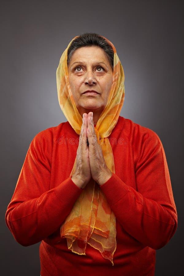 Preghiera dell'anziana fotografie stock