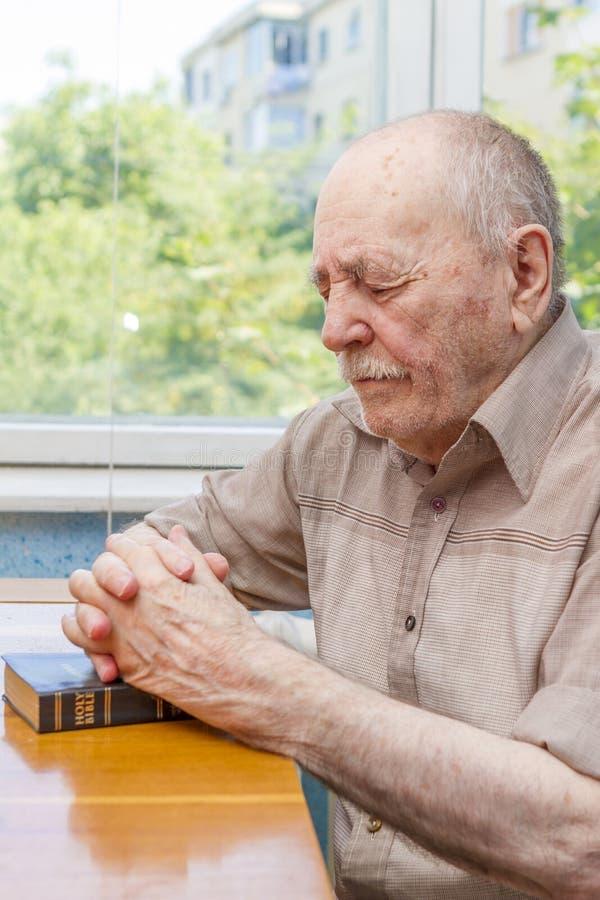 Preghiera dell'uomo anziano fotografie stock
