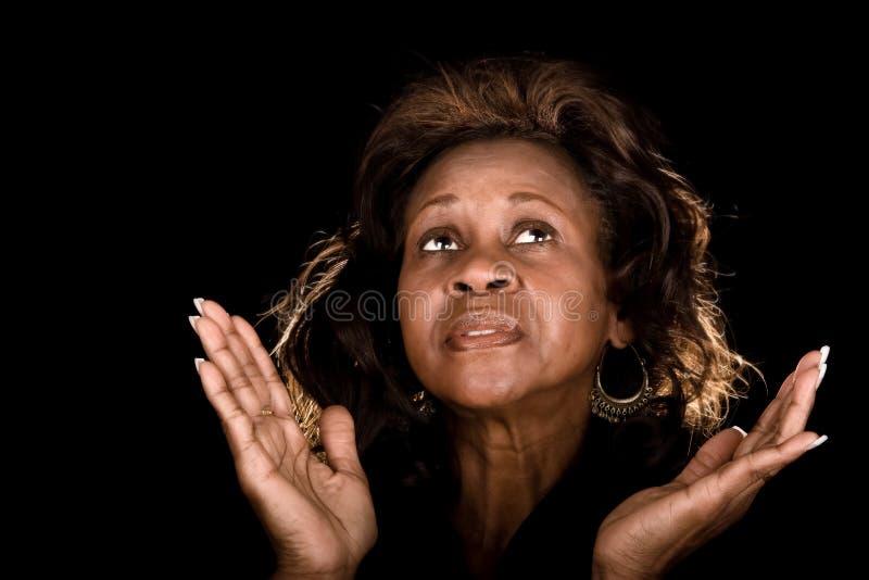 Preghiera della donna dell'afroamericano immagini stock