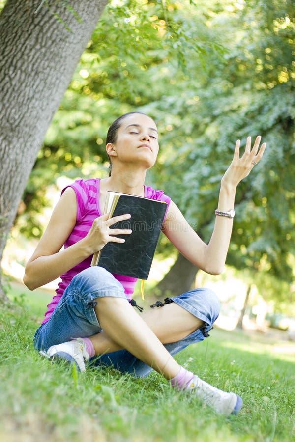 Preghiera della donna giovane fotografie stock