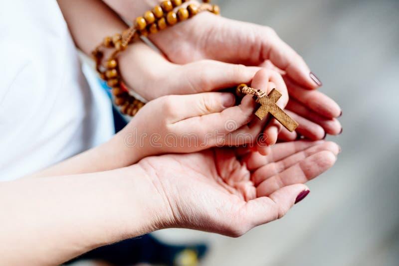 Preghiera della famiglia con il rosario di legno fotografia stock