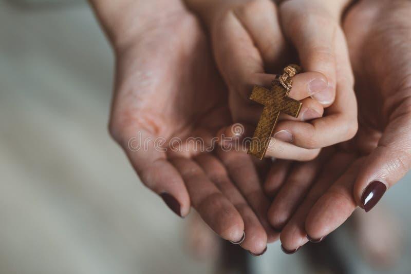 Preghiera della famiglia con il rosario di legno immagini stock libere da diritti