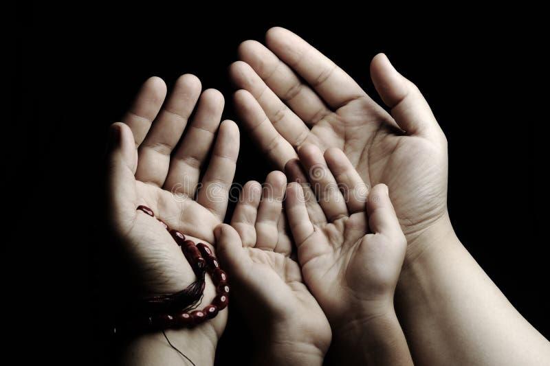 Preghiera ed insegnare, bambino ed adulto fotografia stock libera da diritti