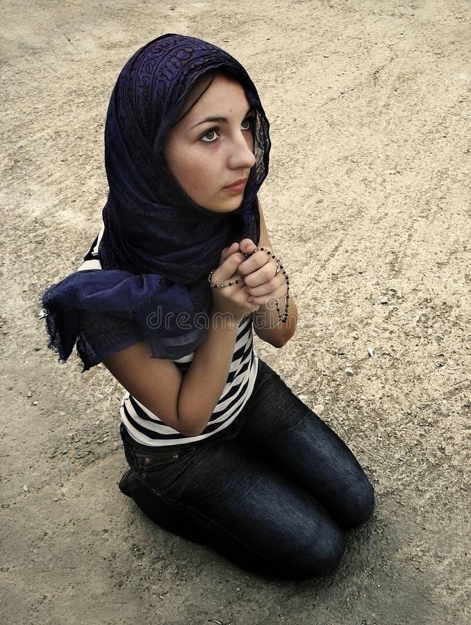 preghiera esterna della ragazza fotografie stock