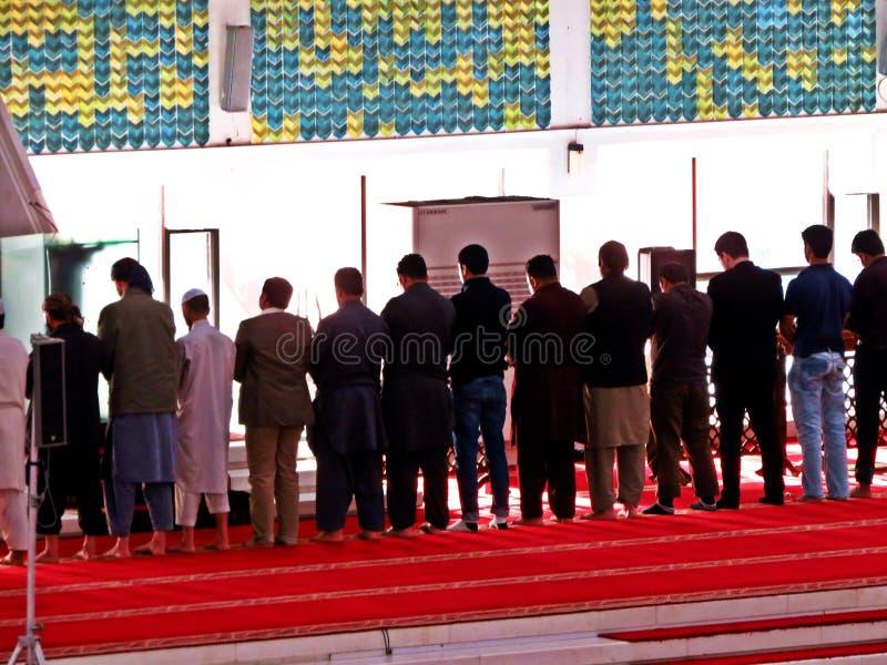 preghiera a Faisal Mosque, Islamabad, Pakistan immagine stock libera da diritti