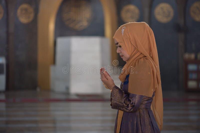 Preghiera musulmana della donna fotografia stock libera da diritti
