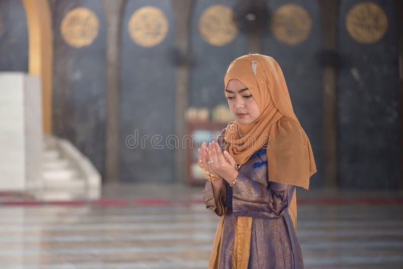 Preghiera musulmana della donna immagine stock