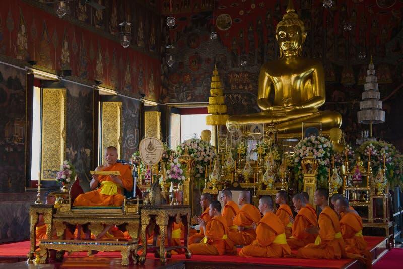 Preghiera nel tempio buddista Bangkok, Tailandia immagine stock
