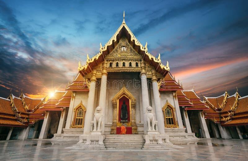 Preghiere del monaco a Buddha fotografia stock