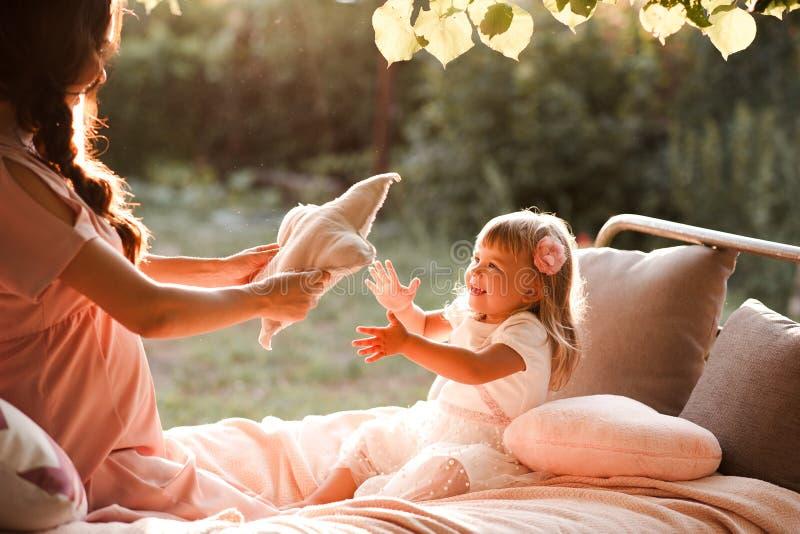 Pregnan-Frau mit Kind lizenzfreie stockbilder