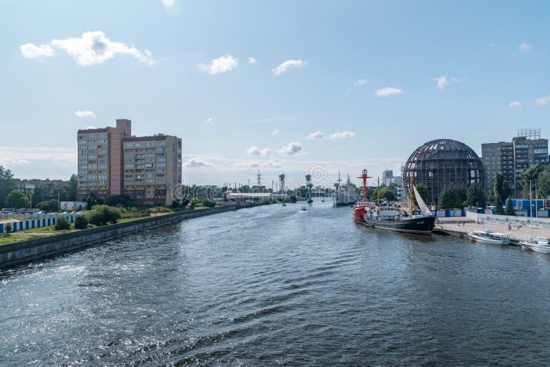 Pregolya met schepen in de stad Kaliningrad, Russische Federatie stock fotografie