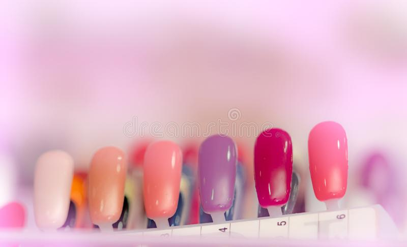 Pregos artificiais coloridos na loja do salão de beleza do prego Ajuste dos pregos falsos para que o cliente escolha a cor para o fotos de stock royalty free