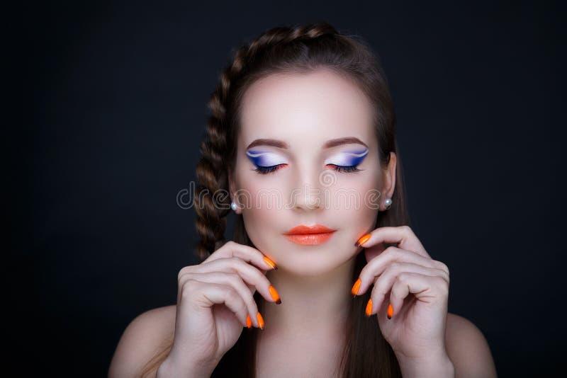 Pregos da laranja da mulher imagens de stock royalty free