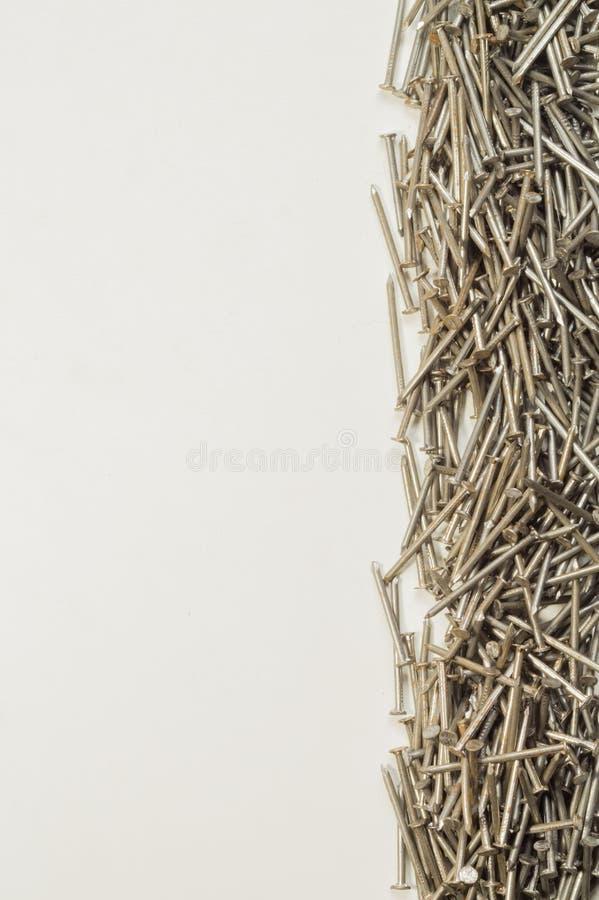 Pregos do metal isolados no fundo branco ferramentas de funcionamento imagens de stock royalty free