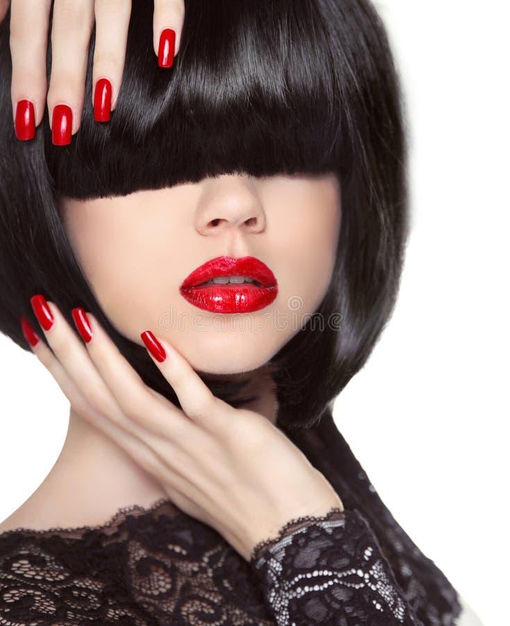 Pregos Manicured Bordos vermelhos Penteado preto do prumo Menina triguenha no revestimento de couro imagens de stock