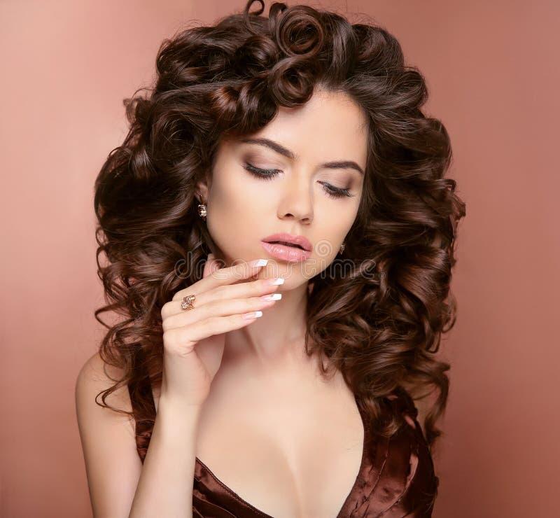 Pregos Manicured cabelo Modelo moreno bonito da menina com brilhante imagem de stock royalty free
