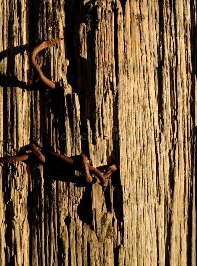 Pregos oxidados na cerca Post Vertical fotografia de stock