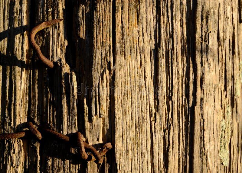 Pregos oxidados na cerca velha Post Close Up fotografia de stock