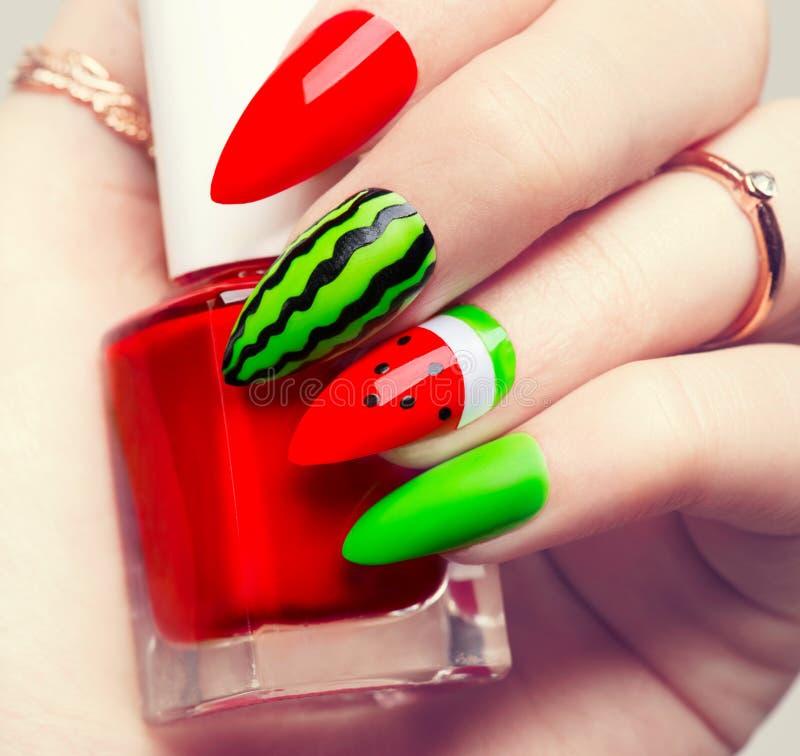 Pregue a arte Tratamento de mãos brilhante do estilo da melancia fotos de stock