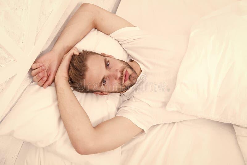 Preguiçoso domingo com sexo matinal quarto deitado tempo para relaxar conceito de saúde masculina homem acordado na cama solteiro fotografia de stock