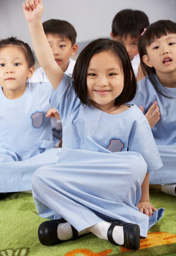 Pregunta de contestación del estudiante en escuela china imágenes de archivo libres de regalías
