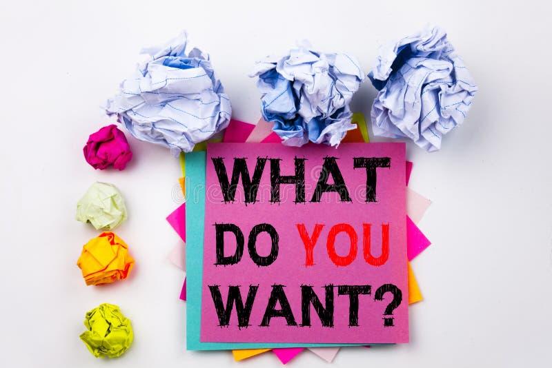 A pregunta del texto de la escritura mostrando qué le hacen Want escrito en nota pegajosa en oficina con las bolas del papel del  fotos de archivo libres de regalías