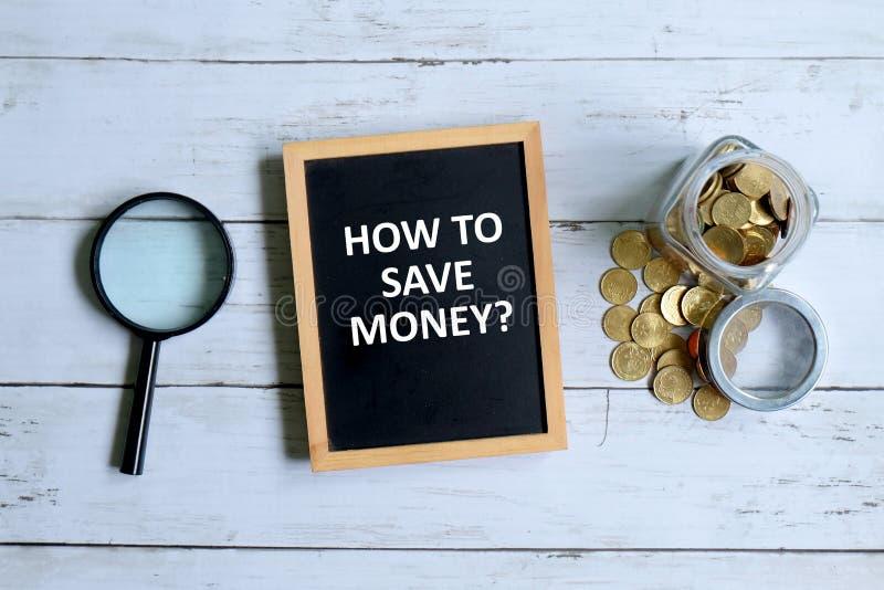 Preguntas cómo ahorrar el dinero escrito en la pizarra imagen de archivo