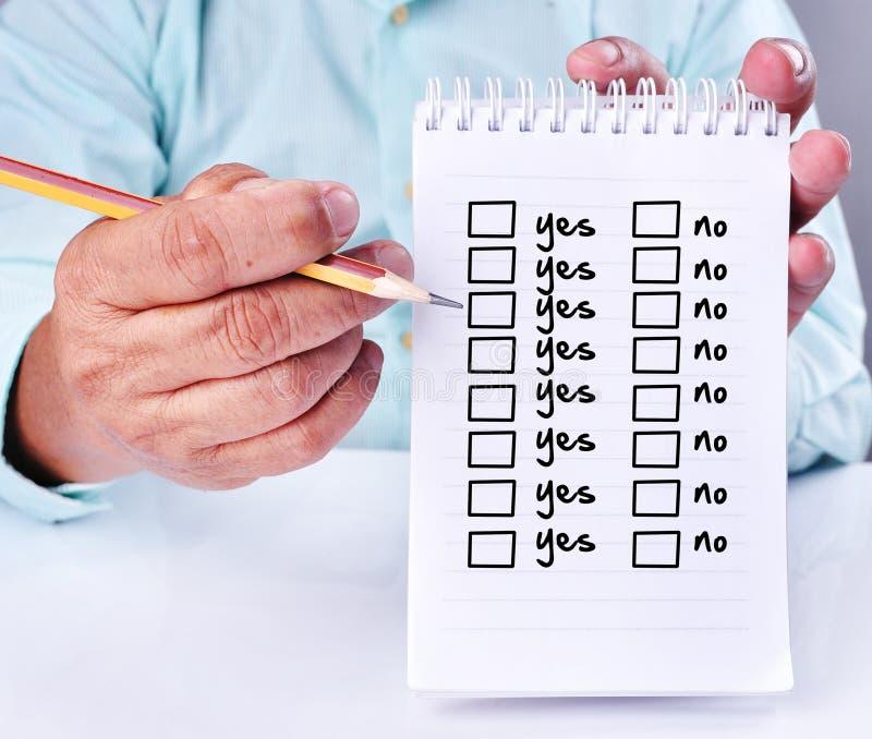 Preguntas de contestación del hombre de negocios sí o no imagenes de archivo