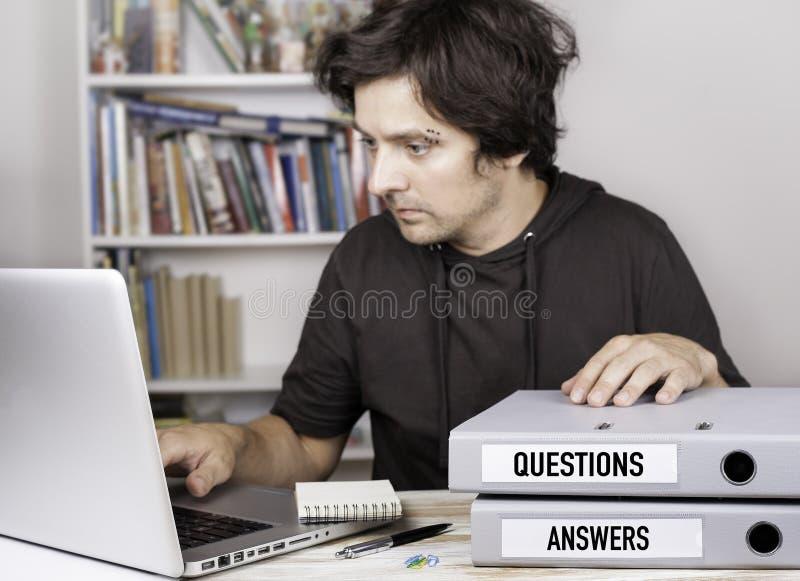 Preguntas y respuestas - dos carpetas en el escritorio de oficina Sirva el trabajo fotografía de archivo libre de regalías