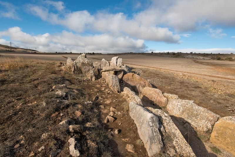 Prehistocric megalitisk dolmen i Mazariegos, Burgos landskap, Spanien arkivbilder