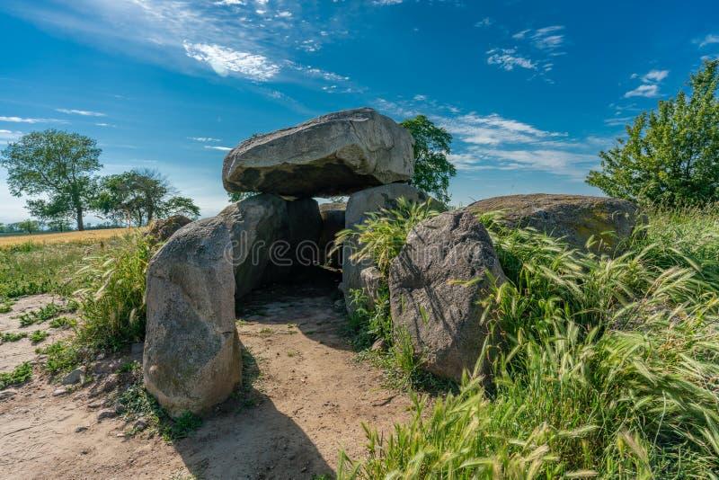Prehistoryczny megalitu grobowiec w kukurydzanym polu zdjęcie royalty free