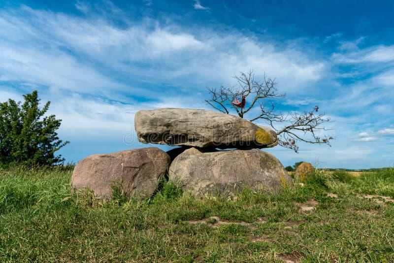 Prehistoryczny megalitu grobowiec w kukurydzanym polu obrazy stock